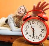 Kvinna som upp vaknar roterande av ringklockan i morgon Royaltyfri Fotografi