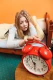 Kvinna som upp vaknar roterande av ringklockan i morgon Royaltyfria Bilder