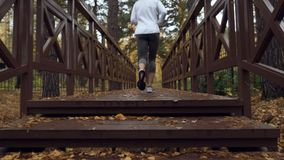 Kvinna som uppför trappan kör på morgonutbildningen stock video