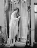 Kvinna som ut kikar fönstret (alla visade personer inte är längre uppehälle, och inget gods finns Leverantörgarantier att det ska Arkivbilder