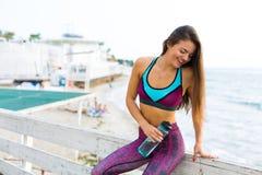 Kvinna som utarbetar på stranden Royaltyfria Bilder