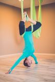 Kvinna som utför antigravity yoga Royaltyfri Foto