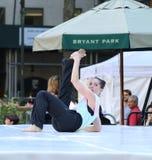Kvinna som utför en modern dans Arkivfoto