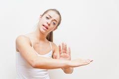 Kvinna som utför gesten för I VÄG FRÅN MIG Royaltyfri Bild