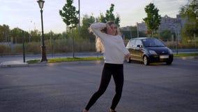 Kvinna som utför trick under dans stock video
