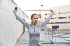 Kvinna som utomhus övar med hopp-repet Arkivfoton