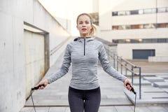 Kvinna som utomhus övar med hopp-repet Royaltyfria Foton