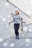 Kvinna som utomhus övar med hopp-repet Arkivfoto