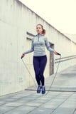 Kvinna som utomhus övar med hopp-repet Royaltyfri Bild