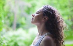 Kvinna som utomhus andas ny luft i sommar royaltyfri foto