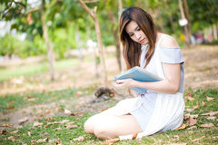 Kvinna som utomhus använder den digitala tableten Royaltyfri Bild