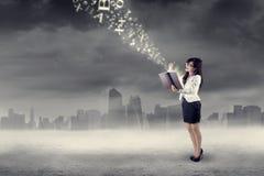 Kvinna som utomhus får ljus inspiration Arkivfoto