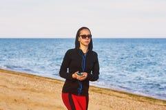 Kvinna som utomhus gör sportar Arkivfoto