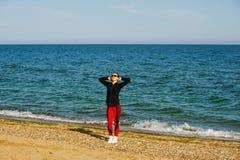 Kvinna som utomhus gör sportar Arkivfoton