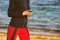 Kvinna som utomhus gör sportar Royaltyfri Fotografi