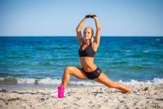 Kvinna som utomhus gör sportar Fotografering för Bildbyråer