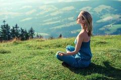 Kvinna som utomhus mediterar Royaltyfri Bild