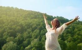 Kvinna som utomhus tycker om livstid i sommar Arkivbilder