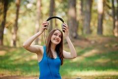 Kvinna som utomhus tycker om musik Royaltyfri Fotografi