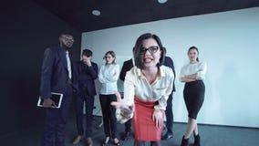 Kvinna som uttrycker en betalningfrånvaro stock video