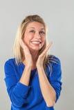 Kvinna som uttrycker sig med händer och toothy leende Arkivfoton