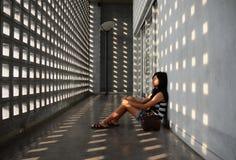 Kvinna som uttrycker sårbarhet i mitt av ingenstans Arkivfoto