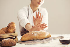 Kvinna som vägrar att äta vitt bröd royaltyfri bild