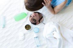 Kvinna som väljer produkter för en skincare Royaltyfri Bild