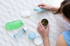 Kvinna som väljer produkter för en skincare Royaltyfri Fotografi
