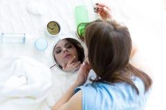 Kvinna som väljer produkter för en skincare Royaltyfria Bilder
