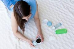 Kvinna som väljer produkter för en skincare Fotografering för Bildbyråer
