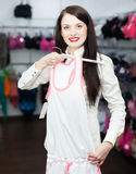 Kvinna som väljer underkläderna på boutique Royaltyfria Foton