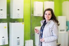 Kvinna som väljer uppvärmningvattenomformaren royaltyfria bilder