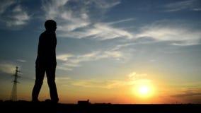 Kvinna som vänder för mannen som passerade henne förbi på gatan, i solnedgång och att sköta honom lager videofilmer