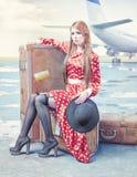Kvinna som väntar i en flygplats Royaltyfri Foto