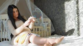 Kvinna som väntar på behandla som ett barn stock video