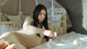 Kvinna som väntar på behandla som ett barn lager videofilmer