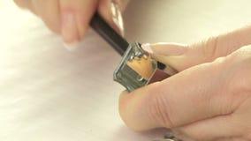 Kvinna som vässar en blyertspenna arkivfilmer