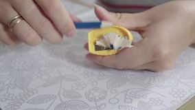 Kvinna som vässar en blyertspenna, medan dra konsten lager videofilmer