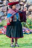 Kvinna som väver peruanen Anderna Cuzco Peru Royaltyfri Foto