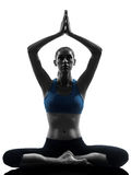 Kvinna som övar att meditera för yoga Royaltyfria Foton