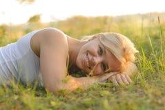 Kvinna som vilar i parkera Arkivfoton