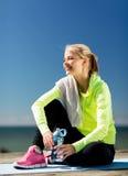 Kvinna som vilar, når att ha gjort sportar utomhus royaltyfria bilder