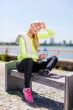 Kvinna som vilar, når att ha gjort sportar utomhus Royaltyfri Bild