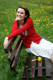Kvinna som vilar på bänk Royaltyfria Bilder