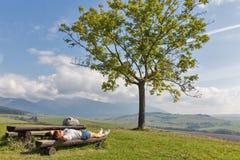 Kvinna som vilar på sommarkullen nära Liptovsky Trnovec, Slovakien royaltyfria foton