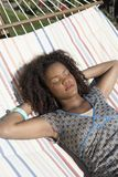 Kvinna som vilar på hängmattan Royaltyfria Foton