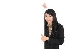 Kvinna som visar den blanka signboarden Royaltyfria Foton
