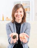 Kvinna som visar den cochlear implantatet Arkivfoto