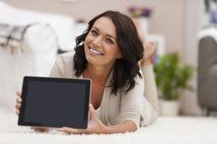 Kvinna som visar digital skärm Fotografering för Bildbyråer